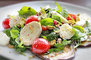 baklazanu salotos su mocarela ir pistacijomis