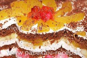 biskvitinis tortas su vaisiais ir zele gabaliukais