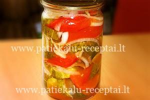 marinuoti pjaustyti agurkai ir pomidorai