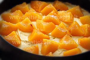 pyragas su konservuotais persikais 1