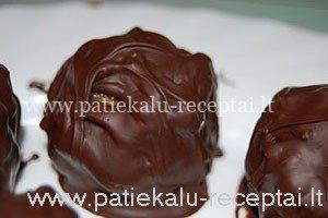 riesutiniai saldainiai su sokoladu