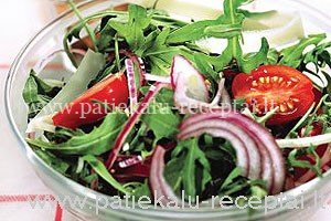 rukolos salotos su pomidorais